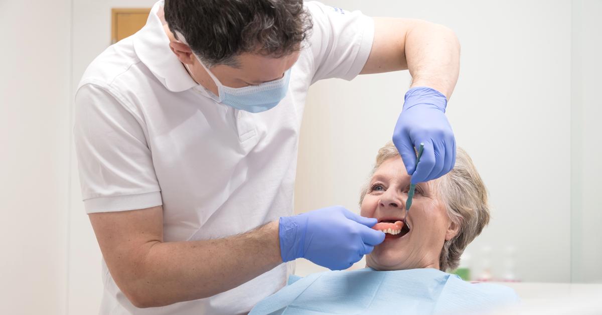 Die Pflege von abnehmbarem Zahnersatz – eine Herausforderung?